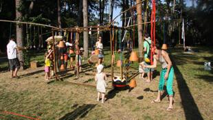 """""""La fábrica de sonidos"""" recibió a cientos de niños en el Parque Floral de París."""