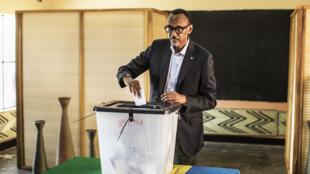 Paul Kagame après avoir voté à Kigali, le 4 août 2017.