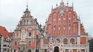 La place de l'Hôtel de ville de Riga en Lettonie.