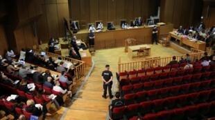 Membros do partido grego de extrema-direita Aurora Dourada foram condenados a 13 anos de prisão.