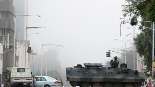 Xe quân sự và các quân nhân tuần tra trên đường phố thủ đô Harare, Zimbabwe ngày 15/11/2017.