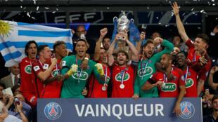O brasileiro Maxwell ergue ao lado dos jogadores do PSG o troféu de Campeão da Copa da França 2016/2017.