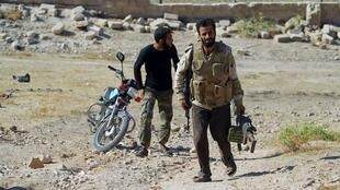 Des combattants rebelles dans la ville de Kafr Nabudah, dans la province de Hama. Les forces armées du président Bachar al-Assad poursuivent leur offensive pour prendre le contrôle de cette ville, le 11 octobre 2015.