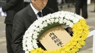Thủ tướng Nhật Shinzo Abe đặt vòng hoa tưởng niệm các nạn nhân bom nguyên tử ở Nagasaki tại Công viên Hòa bình, ngày 09/08/2013.