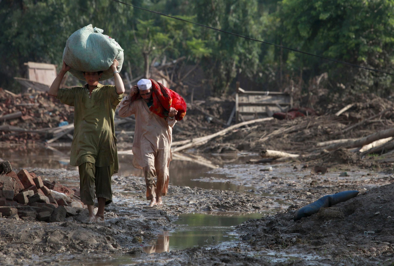 Làng Pabbi, thuộc tỉnh Khyber-Pakhtunkhwa, miền Đông Bắc Pakistan  (05/08/2010) sau trận lụt khủng khiếp nhất kể từ 80 năm nay