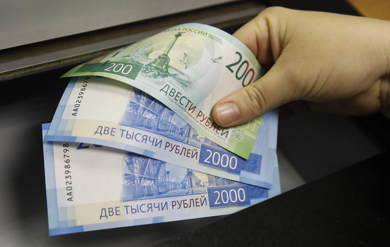 Des billets de 200 et 2000 roubles, la monnaie russe.
