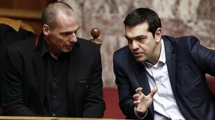 Greek foreign minister Yanis Varoufakis (L) and prime minister Alesis Tsipras