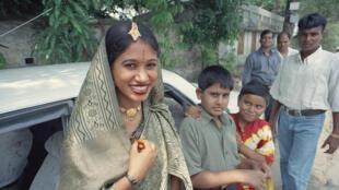 Sem luz, as cerimônias de casamento foram prejudicadas neste sábado em  Bangladesh.