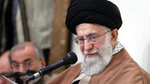 """Oo aiatolá Khamenei assegurou, em uma declaração transmitida nesta terça (2) pela emissora de televisão oficial que, """"os inimigos se uniram e estão usando de todos seus meios para desestabilizar o Irã""""."""