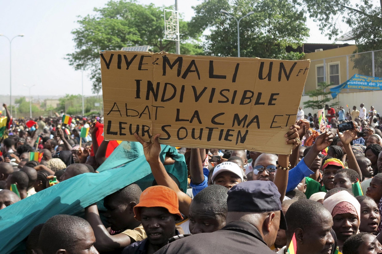 Le 26 mai, dans le centre de Bamako, plusieurs milliers de manifestants ont crié des slogans hostiles aux groupes rebelles du nord, et parfois à la France.