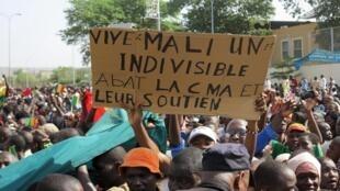 Une foule de plusieurs milliers de personne s'était réunie dans le centre de Bamako. Dans la foule, des slogans hostiles aux groupes rebelles du Nord, et parfois à la France.
