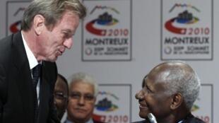 Le secrétaire général de la Francophonie, Abdou Diouf, en compagnie du ministre français des Affaires étrangères Bernard Kouchner, à Montreux le 20 octobre 2010.