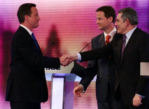 De gauche à droite : David Cameron (conservateurs), Nick Clegg (libéraux-démocrates) et Gordon Brown (travaillistes) le 29 avril 2010 à l'issue d'un débat télévisé.