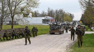 Les soldats lituaniens en plein exercice pour parer aux menaces russes.