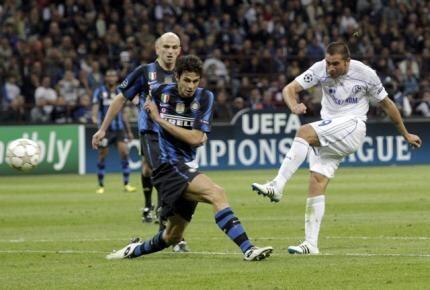 O brasileiro Edu, do Schalke, chuta para marcar um dos gols da goleada contra o Inter de Milão.