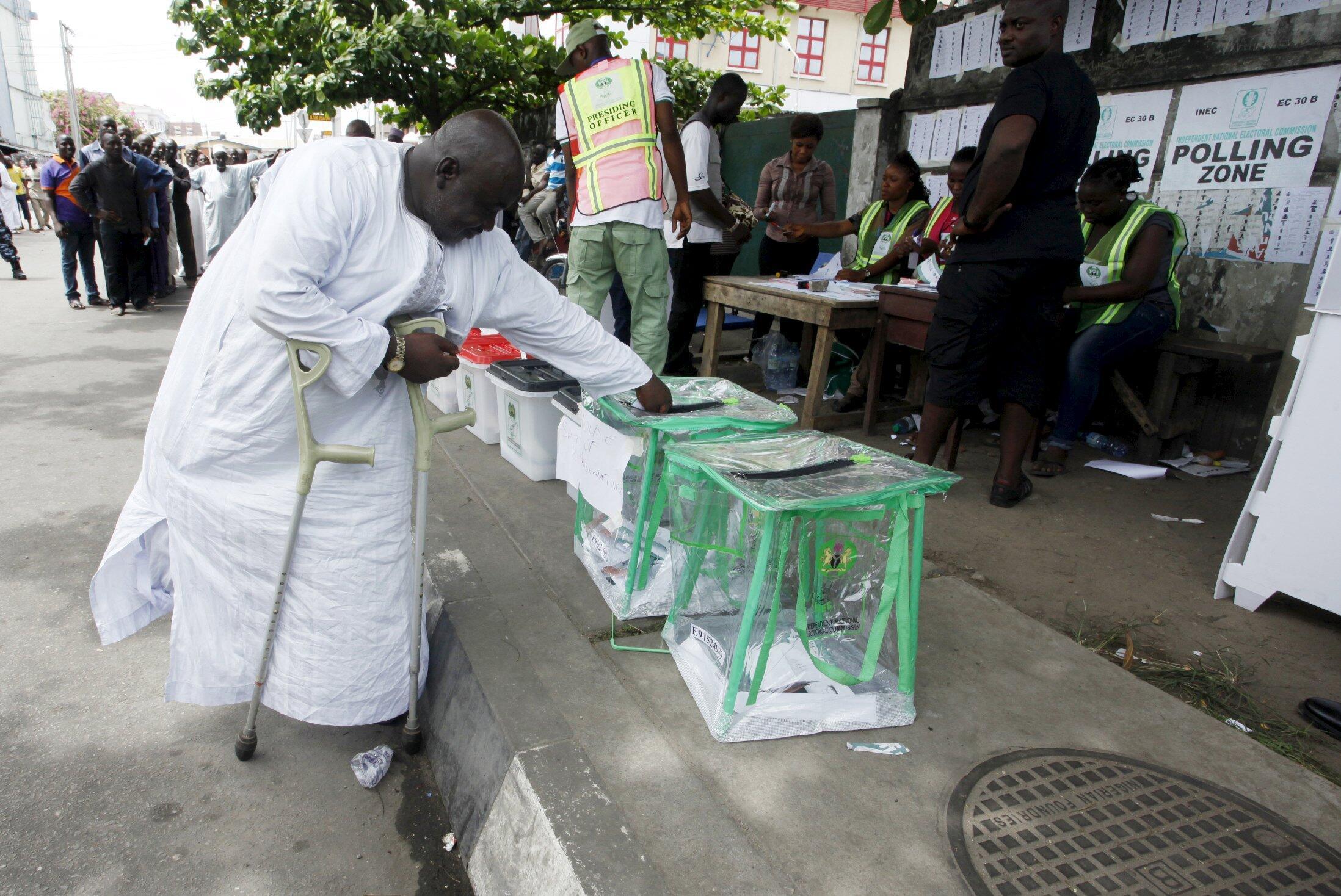 Mpigaji kura akitekeleza haki yake mjini Lagos