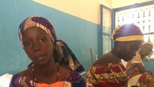 Mères venues avec leurs nourrissons au Centre de Renforcement Nutritionnel Intensif de Tessaoua, au sud du Niger.