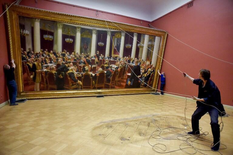 Работники Русского музея подготавливают картину Ильи Репина «Заседание Государственного совета» для выставки в Третьяковской галерее, 11 февраля 2019.