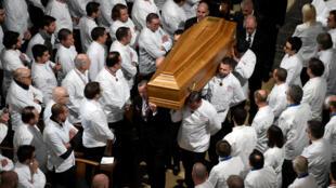 Chefs carregam caixão de colega Paul Bocuse durante funeral na Catedral de Saint-Jean em Lyon, França, em 26 de janeiro de 2018.