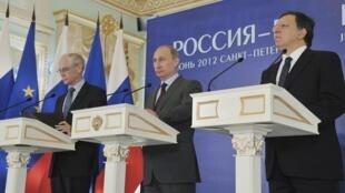 Vladimir Puntin, presidente russo (centro), Herman Van Rompuy, presidente do Conselho Europeu (e) e José Manuel Barroso (d) durante coletiva de imprensa em São Petesburgo, na Rússia.