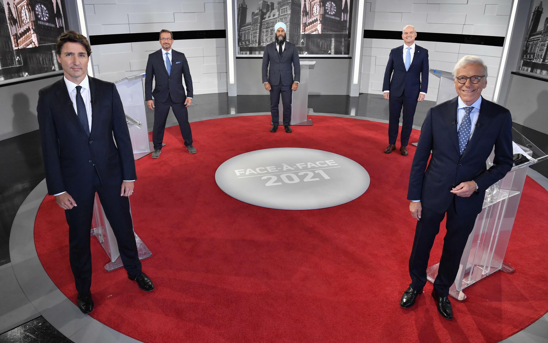 De izquierda a derecha, el primer ministro saliente canadiense Justin Trudeau, Yves-Francois Blanchet  del Bloc Québécois, Jagmeet Singh del NDP, el conservador Erin O'Toole y el periodista Pierre Bruneau en los estudios de la TVA en Montreal el 2 de septiembre de 2021.