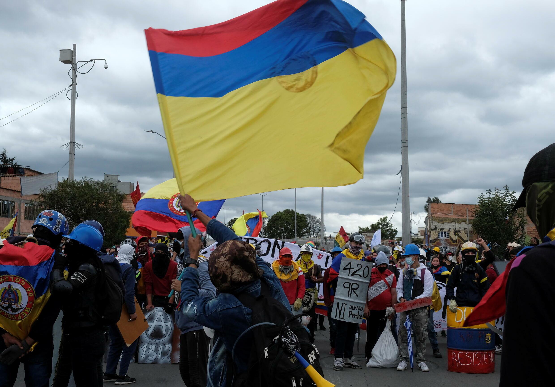 Colombianos protestan contra el gobierno de Ivan Duque en día de la independencia, tras presentar al Congreso una nueva reforma fiscal.