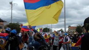 Colombianos protestan contra el Gobierno en día de la independencia.