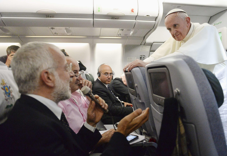 Le pape François en conférence de presse, dans l'avion qui le ramenait des JMJ de Rio, lundi 29 juillet.