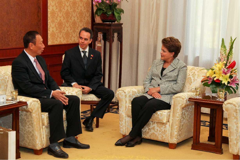Dilma Rousseff conversa com o presidente da empresa Foxconn, Terry Gou (à esquerda), no complexo Diaoyutai, em Pequim.