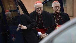 O cardeal espanhol Amigo Vallejo (esquerda) e o brasileiro Geraldo Agnelo chegam o quinto dia consecutivo de reuniões no Vaticano.