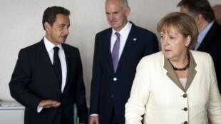 El primer ministro griego, Giorgos Papandreou (centro), entre el presidente francés, Nicolas Sarkozy y la canciller alemana Angela Merkel, el 21 de julio de 2011 en Bruselas.