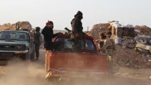 Des combattants rebelles après la prise de la base militaire d'Al-Mastouma, au sud d'Idleb, le 19 mai 2015.