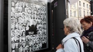 Foto do casal presidencial em painel com vítimas do acidente.