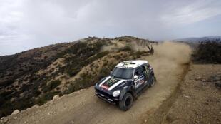 Stéphane Peterhansel, recordman de victoires sur le Dakar (ici avec Mini), sera l'un des favoris de l'épreuve 2015 avec Peugeot.