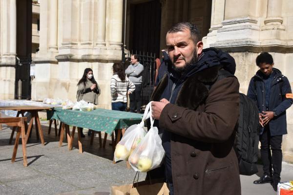 Joachim, 47 ans, vit à Paris depuis six mois et dors dans les bus de nuit. L'épidémie de coronavirus ne l'inquiète pas tellement.