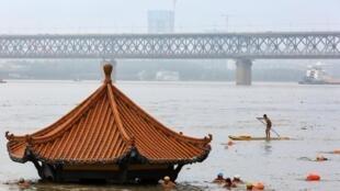 Mực nước sông Dương Tử dâng cao do mưa lũ. Mái một ngôi chùa tại Vũ Hán, Hồ Bắc chìm trong nước lũ ngày 08/07/2020.