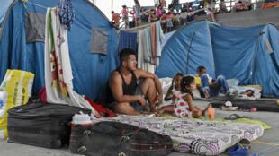 Venezolanos de La Victoria, estado de Apure, acampan mientras se refugian en Arauquita, departamento de Arauca, Colombia, el 26 de marzo de 2021