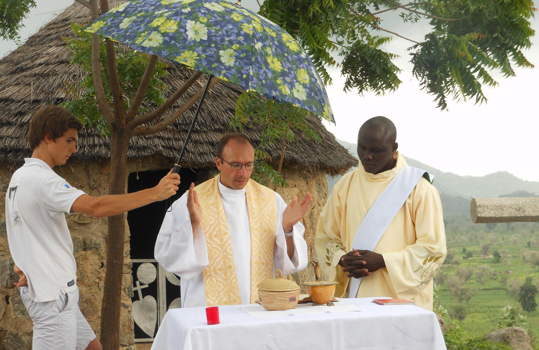 Le prêtre français Georges Vandenbeusch (c) célébrant une messe dans le nord du Cameroun, le 22 juillet 2012.