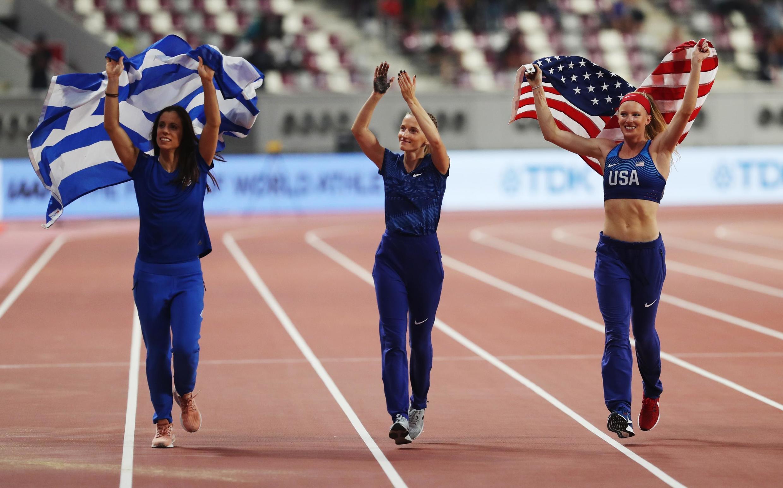 Россиянка Анжелика Сидорова (в центре) завоевала золото в прыжках с шестом, серебро у американки Сэнди Моррис, бронза – у спортсменки из Греции Екатерини Стефаниди
