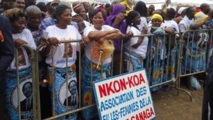 Des Camerounaises portant des pagnes à l'effigie de Paul Biya, attendent l'ouverture du congrès du RDPC  le 15 septembre 2011.