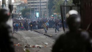 Des manifestants affrontent la police anti-émeute lors des mouvements contre la hausse du prix de l'essence en Équateur, le 4 octobre 2019.