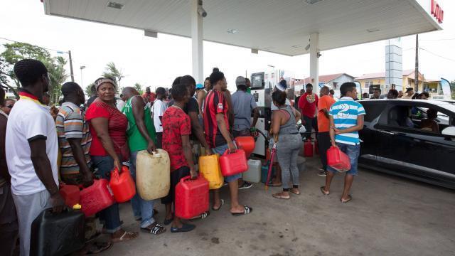 Guianenses fazem fila para comprar combustível por conta da greve
