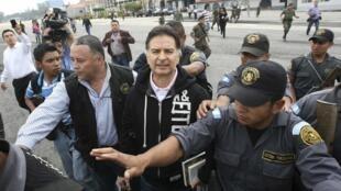 L'ancien président Alfonso Portillo escorté par la police avant son extradition pour les Etats-Unis, le 24 mai 2013.