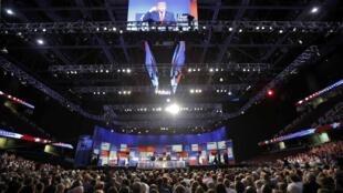 Khán giả ở Ohio theo dõi tỉ phú Donald Trump trả lời câu hỏi đầu tiên trong buổi tranh luận truyền hình dành cho các ứng cử viên Cộng hòa, 06/08/2015.
