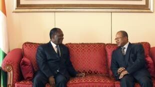 Le Premier ministre malien Diango Cissoko (D) a rencontré le président ivoirien Alassane Ouattara (G) à Abidjan le 27 décembre 2012.