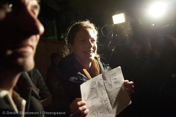 Ana Paula Maciel, ativista do Greenpeace, pode receber a anistia do governo russo ainda neste Natal; a imagem mostra a brasileira ao sair da prisão no final de novembro.