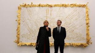 Le président français Emmanuel Macron et son épouse Brigitte Macron lors de leur visite à L'Ullens Chinese Contemporary Art Centre à Beijing, le 9 janvier 2018.