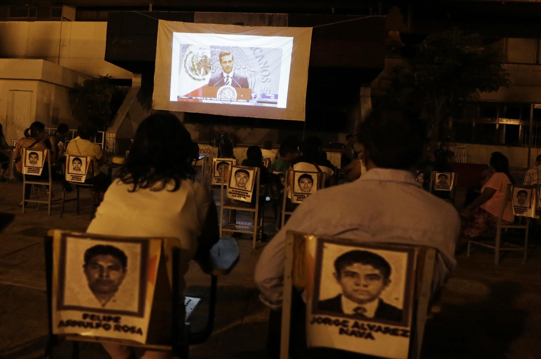 En Iguala, los familiares de los 43 estudiantes desaparecidos, escuchando al presidente Peña Nieto, 9 de noviembre de 2014.