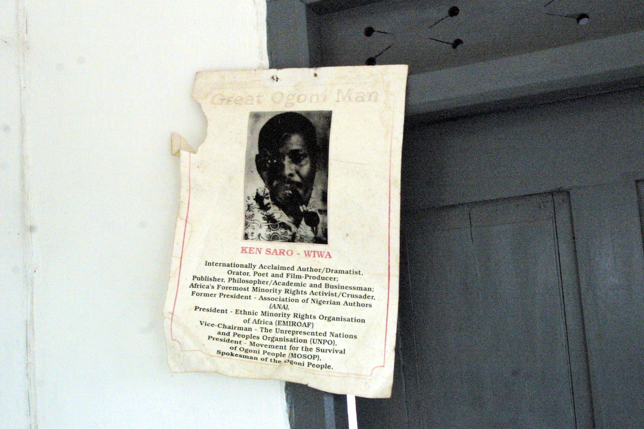 Une affiche avec la photo de Ken Saro-Wiwa placardée chez son père, à Bane dans le Delta du Niger, le 19 novembre 2003.