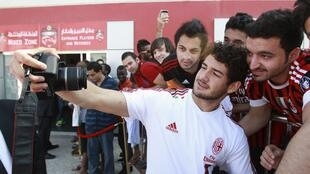 O atacante Pato, do AC Milan, tira fotos com fãs após treino em Dubai, em foto do dia 31 de Dezembro de 2011.